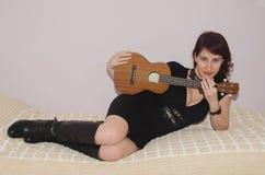 Mujer atractiva con el ukelele fotos de archivo