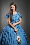 Mujer atractiva con el vestido de la princesa y la máscara veneciana Imagenes de archivo
