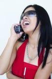 Mujer atractiva con estilo que habla en la célula Imagen de archivo