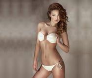 Mujer atractiva con forma perfecta de la aptitud y pelo largo sano Imagen de archivo