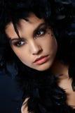 Mujer atractiva con la boa de pluma negra Imagen de archivo libre de regalías