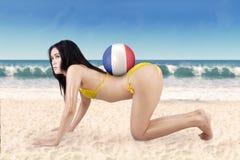 Mujer atractiva con la bola y la bandera de Francia en la playa Fotografía de archivo