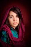 Mujer atractiva con la bufanda Imagenes de archivo
