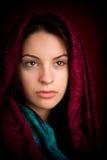 Mujer atractiva con la bufanda Foto de archivo