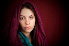 Mujer atractiva con la bufanda Fotografía de archivo libre de regalías