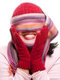Mujer atractiva con la bufanda colorida sobre ojos Fotos de archivo