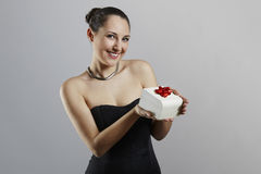 Mujer atractiva con la caja de regalo Foto de archivo