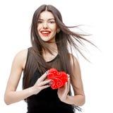 Mujer atractiva con la caja de regalo imagen de archivo