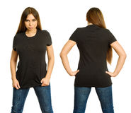 Mujer atractiva con la camisa negra en blanco y la mirada fija seria Imagen de archivo