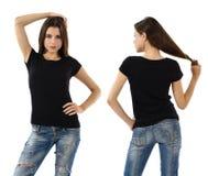 Mujer atractiva con la camisa negra en blanco y vaqueros Foto de archivo libre de regalías