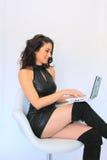 Mujer atractiva con la computadora portátil Imagen de archivo libre de regalías