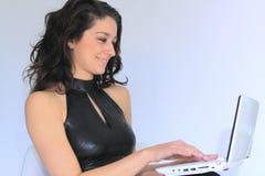 Mujer atractiva con la computadora portátil Fotografía de archivo libre de regalías