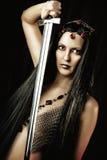 Mujer atractiva con la espada medieval Imagen de archivo libre de regalías
