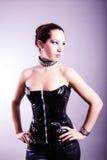 Mujer atractiva con la figura del reloj de arena en corsé de cuero negro Foto de archivo libre de regalías