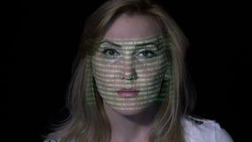 Mujer atractiva con la lectura del pelo rubio que corta los textos amonestadores en la pantalla mientras que los mensajes binario almacen de video