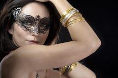 Mujer atractiva con la máscara y el oro venecianos Foto de archivo