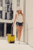 Mujer atractiva con la maleta que camina después de llegada Fotos de archivo
