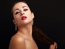 Mujer atractiva con la mirada roja brillante del lápiz labial Foto de archivo