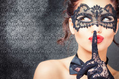 Mujer atractiva con la máscara del carnaval Fotos de archivo