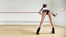 Mujer atractiva con la raqueta de tenis en calabaza Imagen de archivo libre de regalías