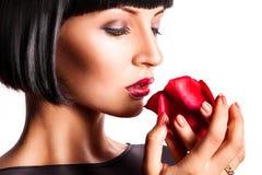 Mujer atractiva con la rosa del rojo Fotografía de archivo libre de regalías
