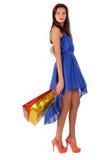 Mujer atractiva con las pecas que sostienen bolsos Foto de archivo libre de regalías