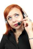 Mujer atractiva con los auriculares en el fondo blanco Imagen de archivo