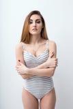 mujer atractiva con los brazos doblados Foto de archivo