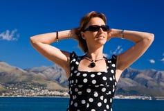 Mujer atractiva con los brazos outstretched al aire libre Foto de archivo libre de regalías
