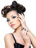 Mujer atractiva con los clavos creativos del peinado y del negro Foto de archivo libre de regalías