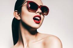 Mujer atractiva con los dientes blancos en gafas de sol Imagen de archivo libre de regalías
