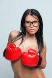 Mujer atractiva con los guantes de boxeo Imagenes de archivo