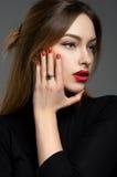 Mujer atractiva con los labios rojos Fotos de archivo