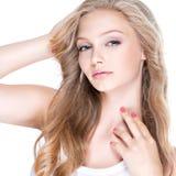 Mujer atractiva con los ojos azules y el pelo rizado largo Imágenes de archivo libres de regalías