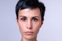 Mujer atractiva con los ojos marrones grandes fotografía de archivo libre de regalías