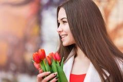 Mujer atractiva con los tulipanes Fotos de archivo libres de regalías