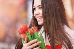 Mujer atractiva con los tulipanes Imagenes de archivo