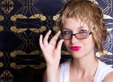 Mujer atractiva con los vidrios Imágenes de archivo libres de regalías