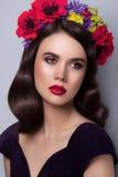 Mujer atractiva con maquillaje brillante Fotos de archivo