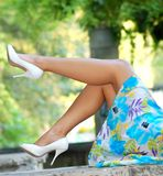Mujer atractiva con relaxi perfecto de las piernas y de los talones foto de archivo