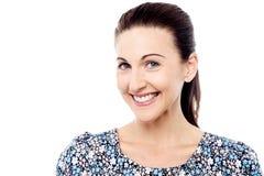 Mujer atractiva con sonrisa brillante imagenes de archivo