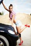 mujer atractiva con su coche quebrado. Imagenes de archivo
