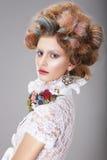 Mujer atractiva con tocado imaginario estilizado foto de archivo libre de regalías