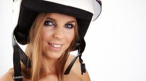 Mujer atractiva con un casco blanco de la motocicleta Fotografía de archivo libre de regalías