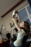 Mujer atractiva con un gato Foto de archivo libre de regalías