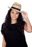 Mujer atractiva con un sombrero de paja Imagen de archivo