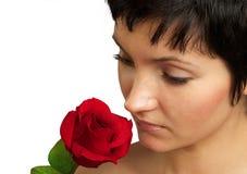 Mujer atractiva con una rosa. Retrato. Primer Imágenes de archivo libres de regalías