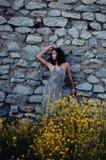 Mujer atractiva contra la pared de piedra vieja Fotos de archivo libres de regalías