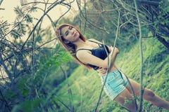 Mujer atractiva de Asia en la moda del verano que se coloca en la naturaleza Imagenes de archivo