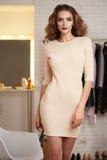 Mujer atractiva de Baeutiful en vestido de noche del rosa del cortocircuito de la moda Fotos de archivo libres de regalías